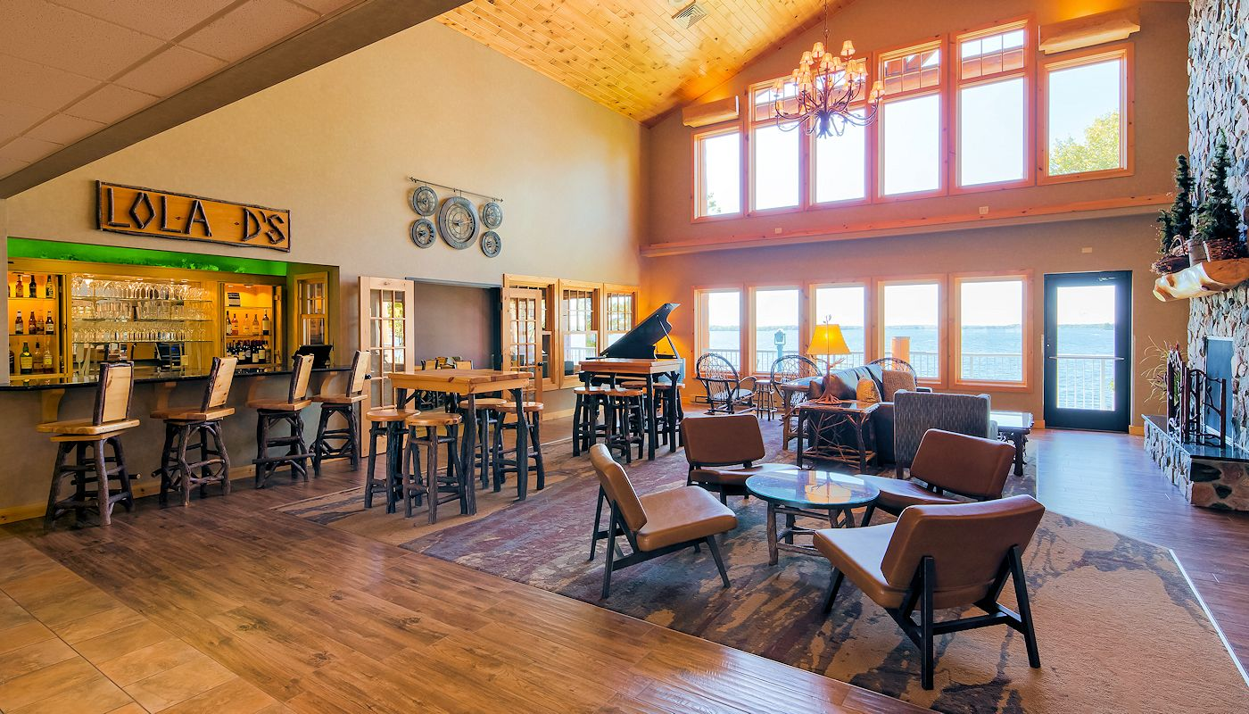 Fireside Lobby & Lola Ds Bar & Bistro - Lodge on Lake Detroit