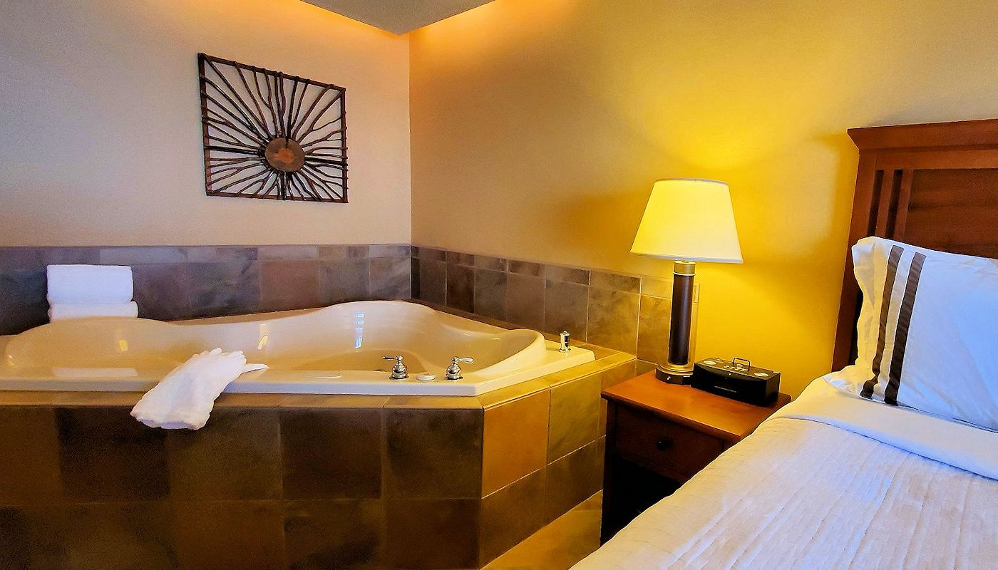 Detroit Lakes Lodging: Renewal Spa Suite