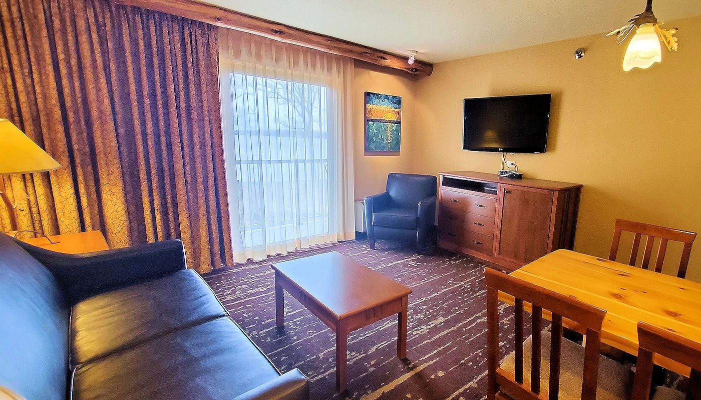 ADA Lakefront Family Suite - The Lodge on Lake Detroit